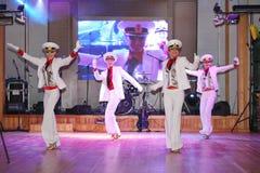 Il ballo che il centro ha eseguito dai ballerini, attori del marinaio delle troupe del teatro di varietà dello stato di St Peters Immagine Stock