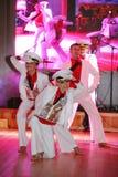 Il ballo che il centro ha eseguito dai ballerini, attori del marinaio delle troupe del teatro di varietà dello stato di St Peters Immagini Stock