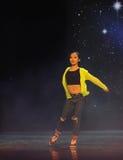 Il ballo della città universitaria dei vestiti- di giallo della ragazza Fotografia Stock Libera da Diritti