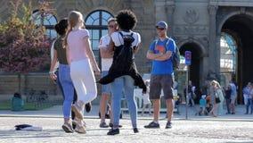 Il ballo della via, giovani delle nazionalità differenti sta saltando e divertendo stock footage