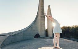 Il ballo di pratica femminile del ballerino di balletto si muove su una roccia Immagini Stock