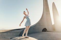 Il ballo di pratica femminile del ballerino di balletto si muove su una roccia Fotografie Stock Libere da Diritti