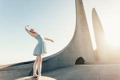 Il ballo di pratica femminile del ballerino di balletto si muove su una roccia Fotografia Stock Libera da Diritti