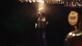 Il ballo di Scrubwoman e canta in scena in microfono d'annata sotto il riflettore Fumo archivi video