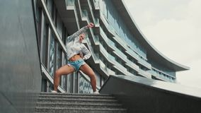 Il ballo divertente millenario dei giovani pantaloni a vita bassa si muove E video d archivio