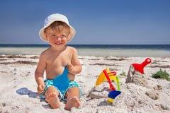 Il bambino è alla spiaggia. Fotografia Stock Libera da Diritti