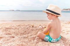Il bambino è alla spiaggia. Immagine Stock