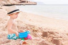 Il bambino è alla spiaggia. Fotografia Stock
