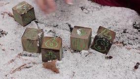 Il bambino è cubi giocati su una tavola innevata, aggiunge i numeri stock footage