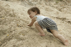 Il bambino è un alpinista fotografia stock libera da diritti