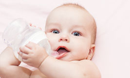 Il bambino è acqua potabile Immagine Stock