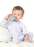 Il bambino è acqua potabile Fotografie Stock