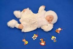 Il bambino addormentato nel vestito di un nuovo anno del fiocco di neve con Chr Fotografie Stock Libere da Diritti