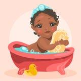 Il bambino adorabile e sveglio nella vasca con le bolle abbraccia la barra del sapone Fotografia Stock