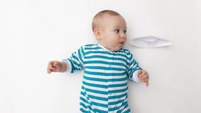 Il bambino adorabile gioca con la barca di carta, cima giù osserva archivi video