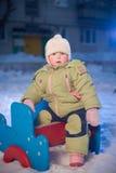 Il bambino adorabile si siede sulla struttura sul campo da giuoco immagini stock