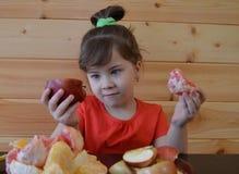Il bambino, alimento, mangiare, piccolo, ragazzo, sveglio, infanzia, famiglia, giovane, bambino, bambino, mangia, felice, dolce,  fotografia stock