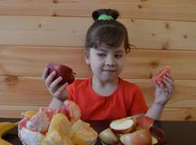 Il bambino, alimento, mangiare, piccolo, ragazzo, sveglio, infanzia, famiglia, giovane, bambino, bambino, mangia, felice, dolce,  fotografie stock libere da diritti