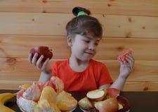 Il bambino, alimento, mangiare, piccolo, ragazzo, sveglio, infanzia, famiglia, giovane, bambino, bambino, mangia, felice, dolce,  immagine stock