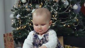 Il bambino allegro batte le sue mani su una scatola video d archivio
