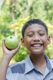 Il bambino asiatico gode di con frutta Fotografia Stock