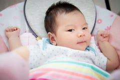 Il bambino asiatico sveglio adorabile sdraia per sonno sul letto ad ora di andare a letto Immagine Stock