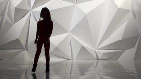 Il bambino balla la musica funky di jazz Siluetta Movimento lento Fondo astratto geometrico archivi video