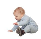 Il bambino biondo adorabile si siede sul pavimento Fotografia Stock