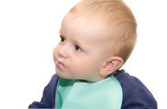 Il bambino biondo con gli occhi di marrone interrogativo e con il exp Immagini Stock Libere da Diritti