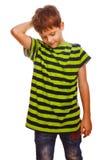 Il bambino biondo del ragazzo in una camicia verde a strisce è Fotografie Stock Libere da Diritti