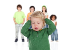 Il bambino biondo si è preoccupato con i suoi fratelli di fondo Immagini Stock Libere da Diritti