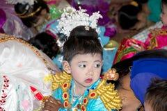 Il bambino birmano sta pregando in tempio di Manuha, Bagan, Myanmar fotografia stock