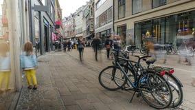 Il bambino cammina lungo la via a Copenhaghen Fotografia Stock