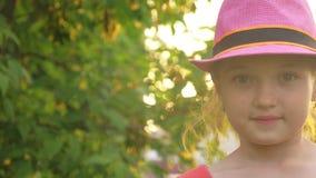 Il bambino in cappello lecca il gelato La ragazza sta mangiando la crema deliziosa del gelato alla crema Gelato multicolore sul b video d archivio