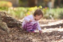 Il bambino che gioca ad un parco che prende oscilla immagini stock