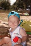 Il bambino che gioca nella sabbia sulla spiaggia Fotografia Stock
