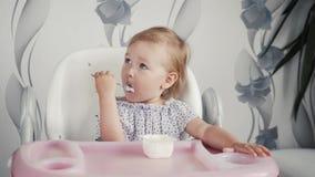 Il bambino che mangia l'alimento sulla cucina con la madre, piccola neonata in primo luogo mangia con la mamma, alimento healphy archivi video