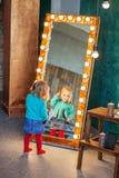 Il bambino che pettina capelli allo specchio 2-3 anni Il concetto della C immagine stock libera da diritti