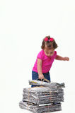 Il bambino che tiene una pila di di carta ready per il recycli Immagine Stock