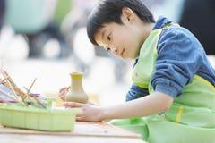 il bambino cinese dedicato fa il lavoro manuale   immagine stock libera da diritti