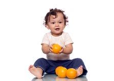 Il bambino con gli aranci. fotografia stock libera da diritti