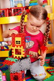 Il bambino con il blocco e la costruzione ha impostato in playroom. Fotografie Stock Libere da Diritti