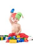 Il bambino con il blocco sta giocando sulla terra Fotografia Stock