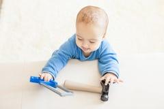 Il bambino con il martello intende lavorare fotografia stock libera da diritti
