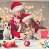 Il bambino con la mamma scolpisce un fiocco di neve per natale Fotografie Stock