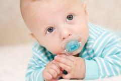 Il bambino con un manichino Fotografia Stock Libera da Diritti