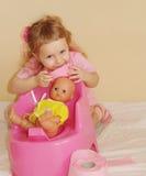 Il bambino con una carta igienica immagini stock