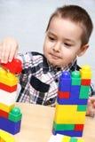 Il bambino costruisce una torre Fotografie Stock Libere da Diritti