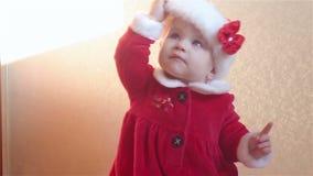 Il bambino in costume di Santa Claus tiene un cappuccio del ` s di Santa video d archivio