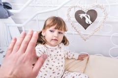Il bambino dà i cinque padri prima di ora di andare a letto Fotografie Stock Libere da Diritti